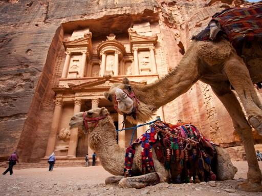 Tra il siq e le facciate che cambiano colore, a Petra