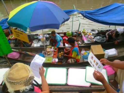 Il pranzo si ordina così, seduti sulle sponde del canale