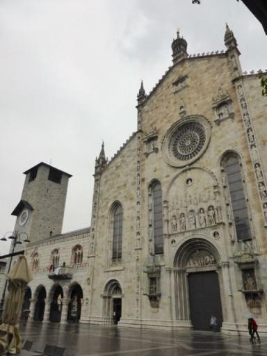 La cattedrale con accanto il broletto