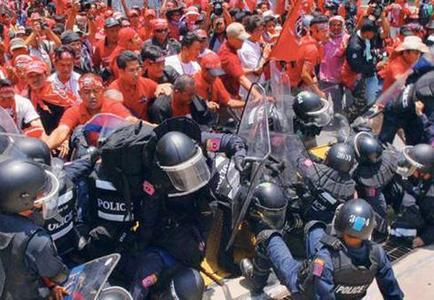 9314286_thailandia-ancora-proteste-scontri-tra-esercito-camicie-rosse-0