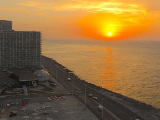 Malecon, tramonto Cuba, quartiere Vedado