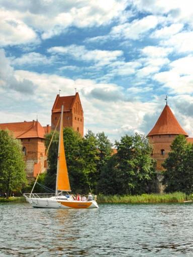 Il castello visto dal lago