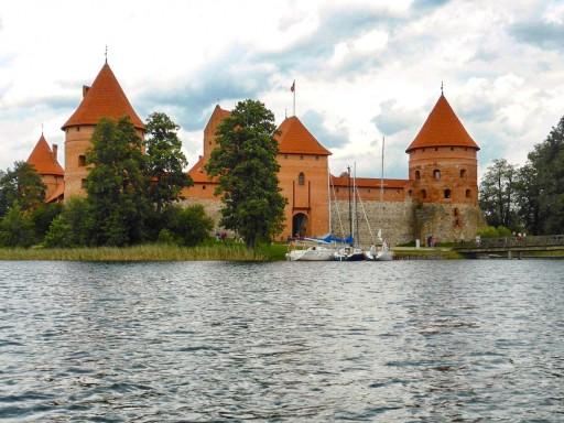 Il castello di Trakai visto dal lago