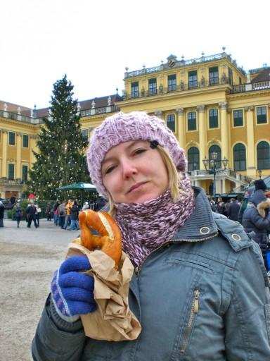 A Schönbrunn con un caldo pretzel per sconfiggere il freddo
