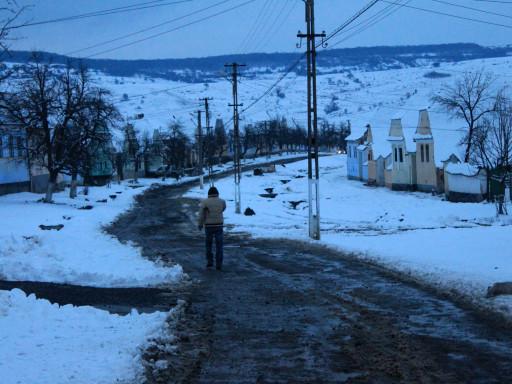 Lo sperduto paesino di Viscri all'imbrunire, strade dissestate, neve e luci assenti rendono molto difficile la guida