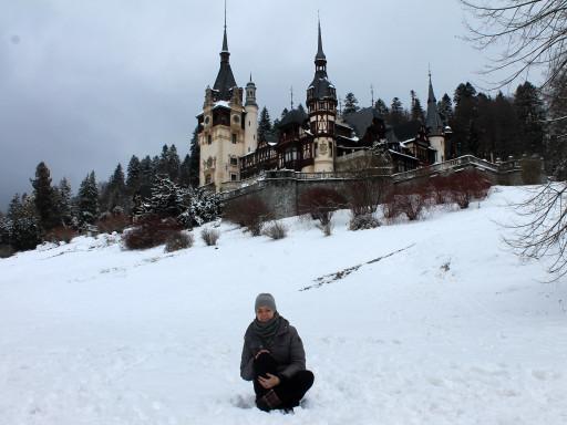 Davanti al magico castello di Peles immerso nella neve.