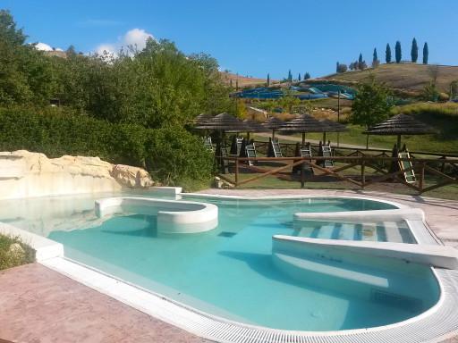 Le piscine dell'Acquapark accolgono fino a 5mila persone al giorno nel periodo estivo.