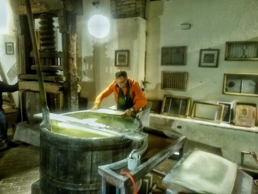 Il mastro cartaio all'opera per la creazione di un foglio di carta fatto a mano