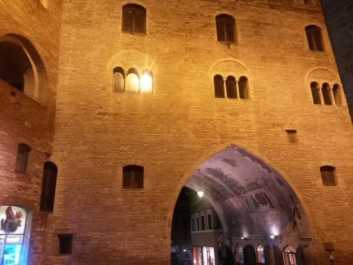 Il Palazzo del Podestà in piazza a Fabriano. Vista notturna