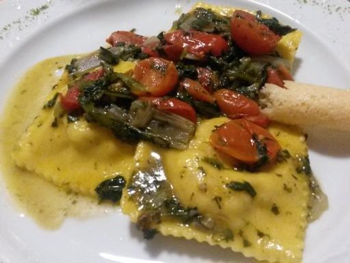 Raviolacci con ripieno di ciaùscolo e pecorino, saltati con verdure e pomodorini