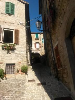 Il nucleo antico del borgo, le case con mattoni a vista e i viottoli lo rendono un incanto