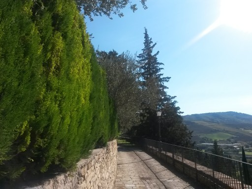 Il camminamento scoperto prosegue dalle copertelle e favorisce la vista sulle colline dell'appennino marchigiano