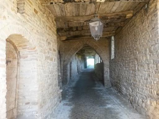 Le copertelle, i camminamenti caratteristici di Serra San Quirico. Qui un tratto perfettamente intatto