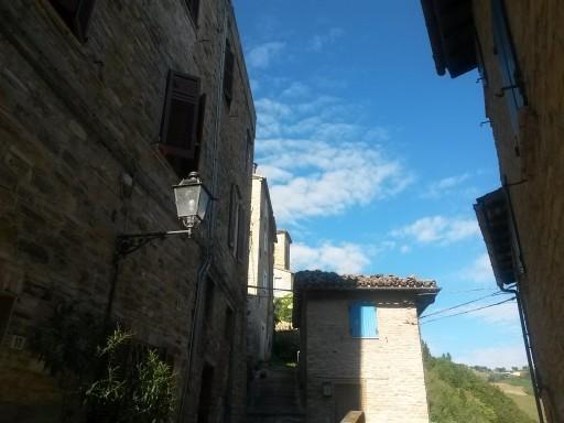 Scorci. Serra ne offre di molto belli e dal sapore umbro-medievale