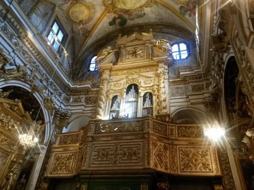 Gli interni della chiesa barocca riccamente affrescata e dorata di Santa Lucia