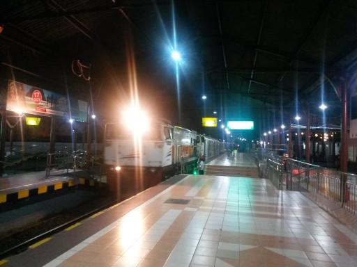 La stazione di Yogyakarta di notte, un luogo buio ma sicuro. Chi l'avrebbe detto?
