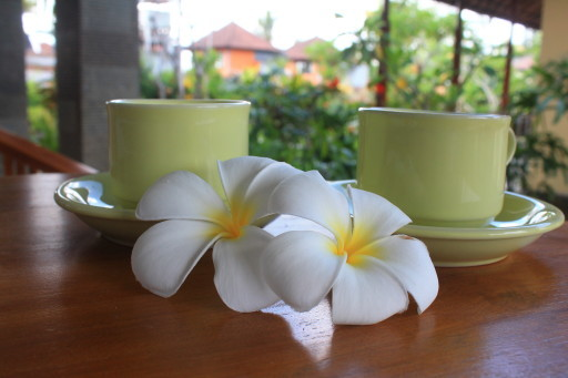 La carineria a colazione. Questa foto racconta da sè delle nostre host all'homestay di Ubud
