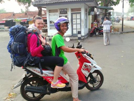 Sullo scooter del cognato di Uus, la nostra host Airbnb a Borobudur