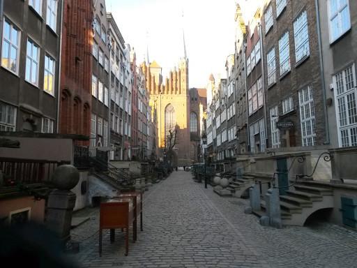 Strada Mariacka e la Basilica omonima sullo sfondo. Alcune bancarelle spuntano nonostante il freddo.