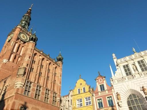 I tetti della Długi Targ: la piazza del mercato lungo. Vista dal basso di municipio, palazzi e Casa d'oro