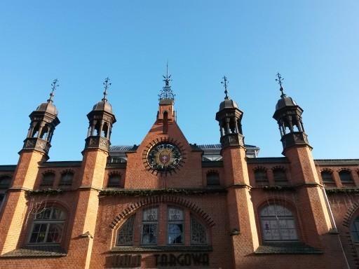Hala Targowa significa Mercato Coperto. Questo edificio ha sicuramente un'architettura interessante
