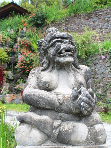 Una statua del giardino balinese del Guru Ratna Homestay