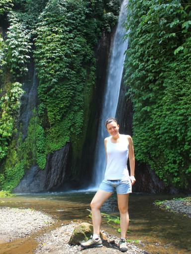 Prima conquista, prima tappa, prima cascata nella foresta di Munduk