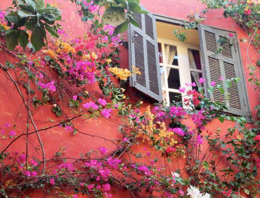 I colori sono i protagonisti dell'isola: li troviamo sui muri, sui batik e nei mercati