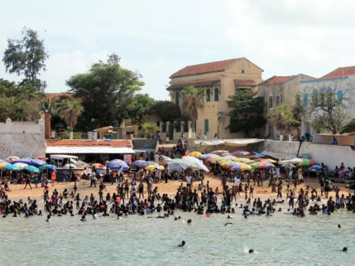 L'arrivo a Gorée e l'attracco tra una moltitudine di bagnanti è un'accoglienza alquanto singolare