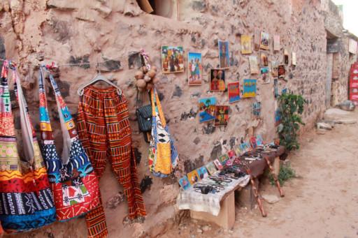 Lungo le stradine pedonali di Gorée si trova ogni genere di oggetto di artigianato locale