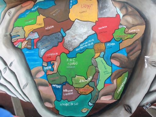 L'Africa è mille colori, come racconta questo murale a Dakar