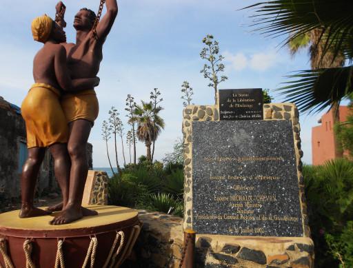 Il monumento agli schiavi africani posto sull'Isola di Gorée a memoria del genocidio