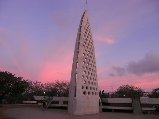Al culmine dell'isola il monumento ai caduti della WWII si staglia sul tramonto incredibile