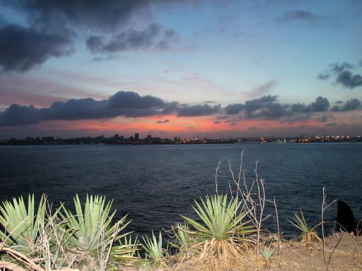 Piedi su Gorée e sguardo verso Dakar per un tramonto che si incendia