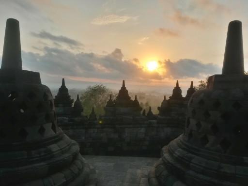 Un must: arrivare in tempo per godersi il sorgere del sole dall'alto del tempio di Borobudur