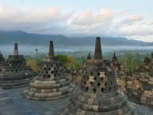 L'emblema di Java, il tempio buddista di Borobudur con le sue stupa