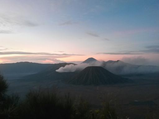 Il Vulcano Bromo sale dalle nebbie del mattino e definisce paesaggio di Java Est