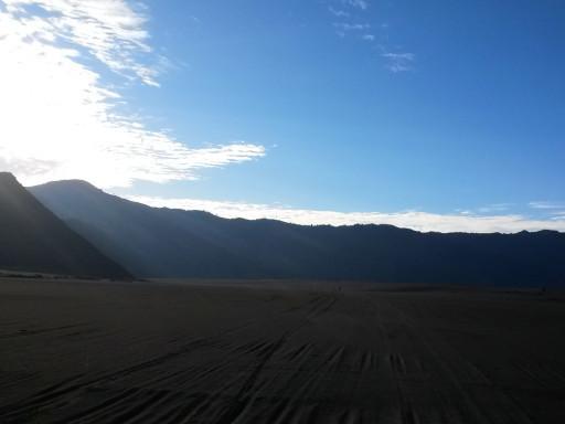 Il blu intenso del cielo javanese a contrasto con il nero del Whispering Desert