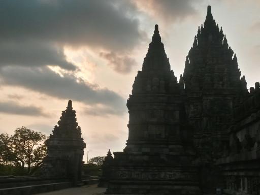Di corsa e con i mezzi pubblici si può arrivare per il tardo pomeriggio a Prambanan e godersi il tramonto