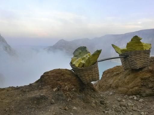 Ceste piene di zolfo trasportate a mano dal fondo del cratere fino a quassù. Inumano