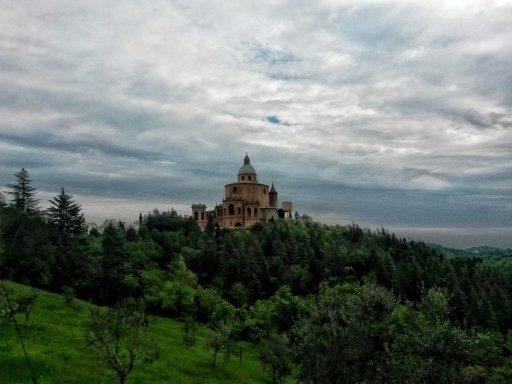San Luca, fuori Bologna, è la ricompensa della prima salita in direzione Firenze