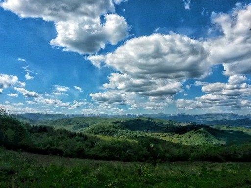 Uno dei panorami più belli immortalati lungo la Via degli Dei