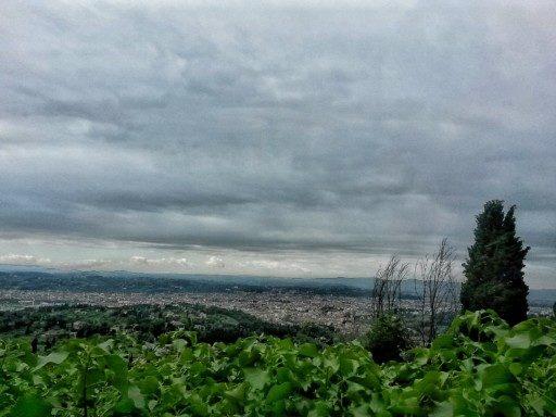 Da Fiesole a Firenze si cammina su asfalto. Qui una terrazza regala una vista sulla città