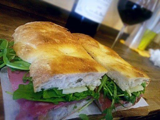 Schiacciata toscana, carne di manzo irrorate da Chianti presso Il Panino del Chianti a Firenze