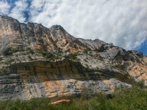Pareti verticali, stratificazioni ferrose, gente che arrampica nel canyon d'Europa