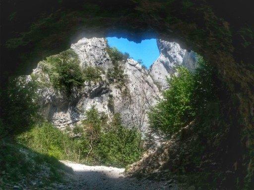 Tre tunnel consecuitivi con cunicoli bui e freddi conducono alla fine del Sentiero Blanc Martel