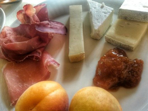 Alla tenuta La Fiorida, la mia colazione salata è a base di salumi e formaggi valtellinesi