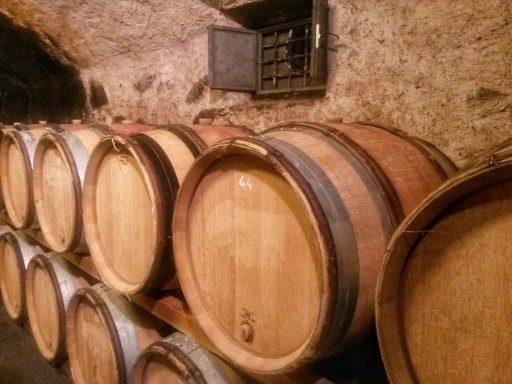 Il crotto di invecchiamento del vino rosso prodotto da Mamete Prevostini mantiene temperatura ideale per vini eccellenti