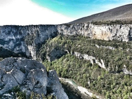Il sentiero Blanc Martel inizia alla sommità delle Gole del Verdon, qui il fiume quasi non si vede
