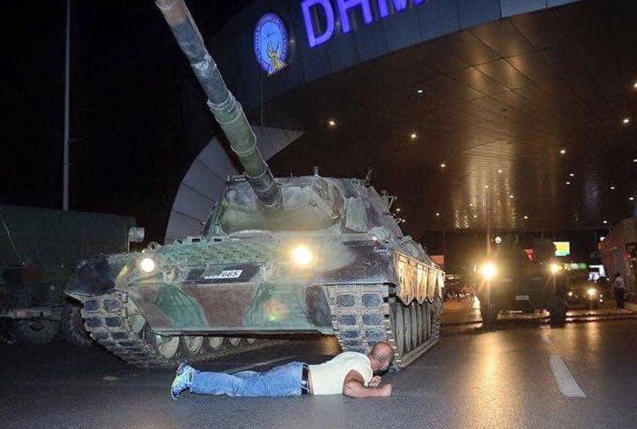 I sostenitori di Erdogan scendono in strada e fermano il golpe